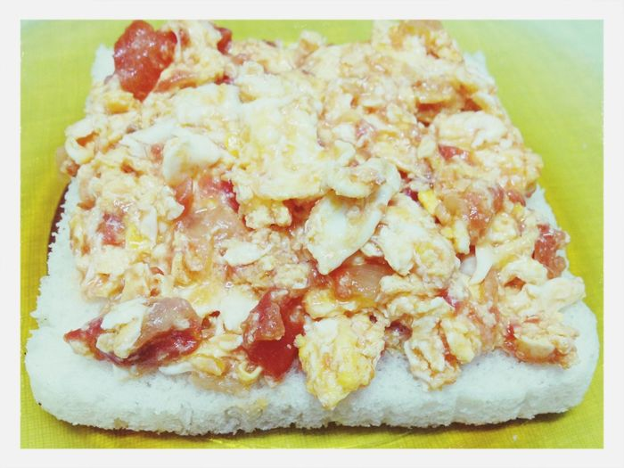 Sliced bread & scrambled eggs with tomato and onion. Food Vegetarian Food Scrambledeggs Slicedbread