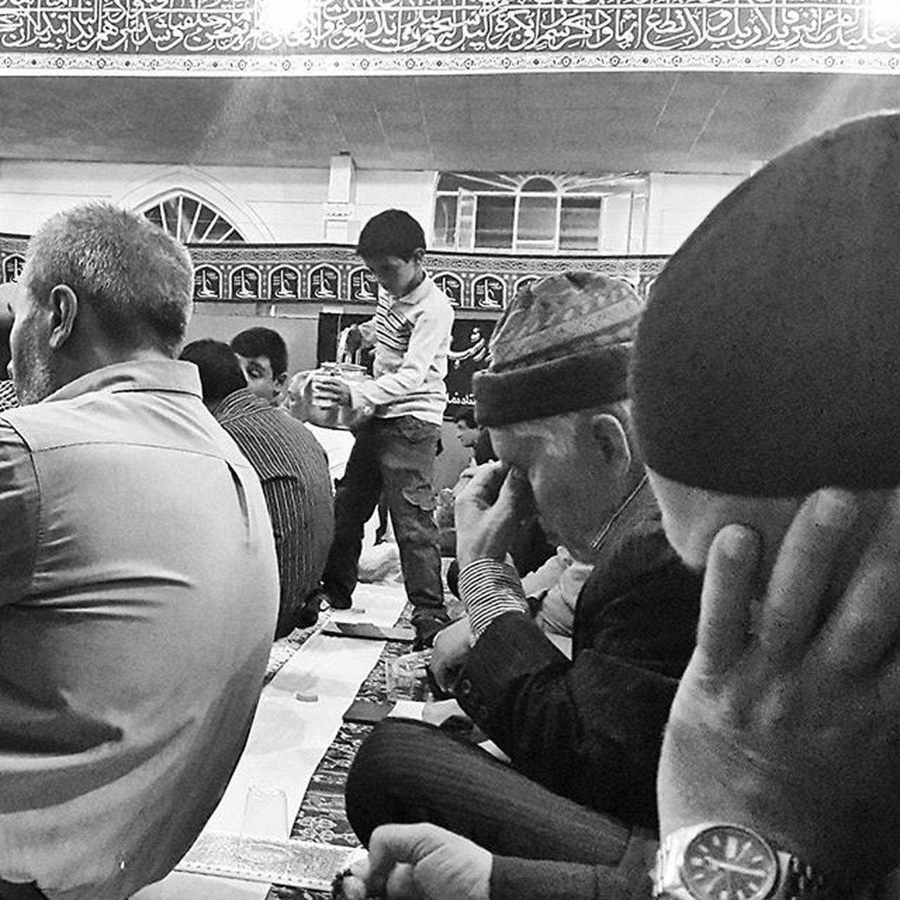 ▫ پسربچهای در شب نوزدهم ماه رمضان به شبزندهدارن در مصلی شیروان، آبِ خنک تعارف می کند. 1x1000000 1x1million شب_قدر سقا کلنا_عباسک_یا_مهدی_عج شیروان Everydayiran Shirvan @shirvan_city