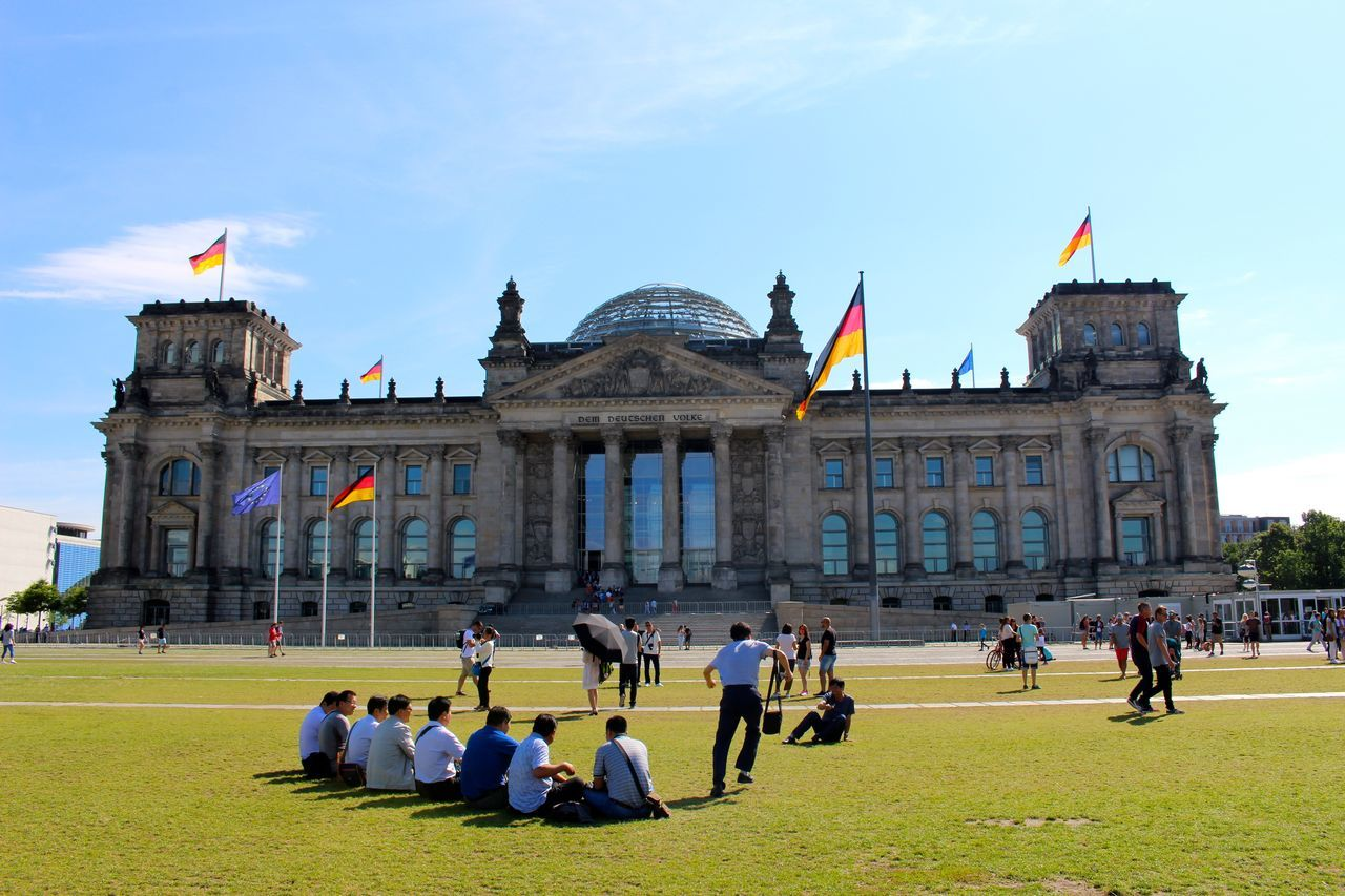 Capital Cities  Chinesepeople Fotoallafoto German Flag In Front Of International Landmark Morgana Nofilter Sunnydays The Reichstag