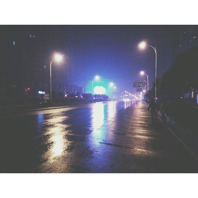 从影院看完霍比特出来,走在空无一人的街道上。请忽略乱入的小伙伴 星沙 长沙 夜景 马路 raod nightscence vscocam vsco xingsha changsha hunan china