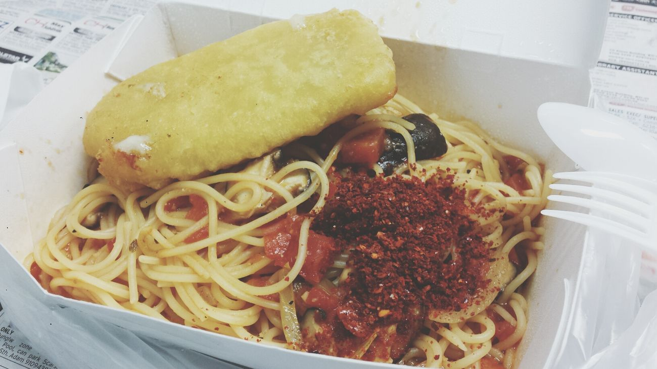Tempura battered fish with spaghetti in tomato sauce. TheBreadeats Singapore Food AmoyStreetFoodCenter Sphagetti