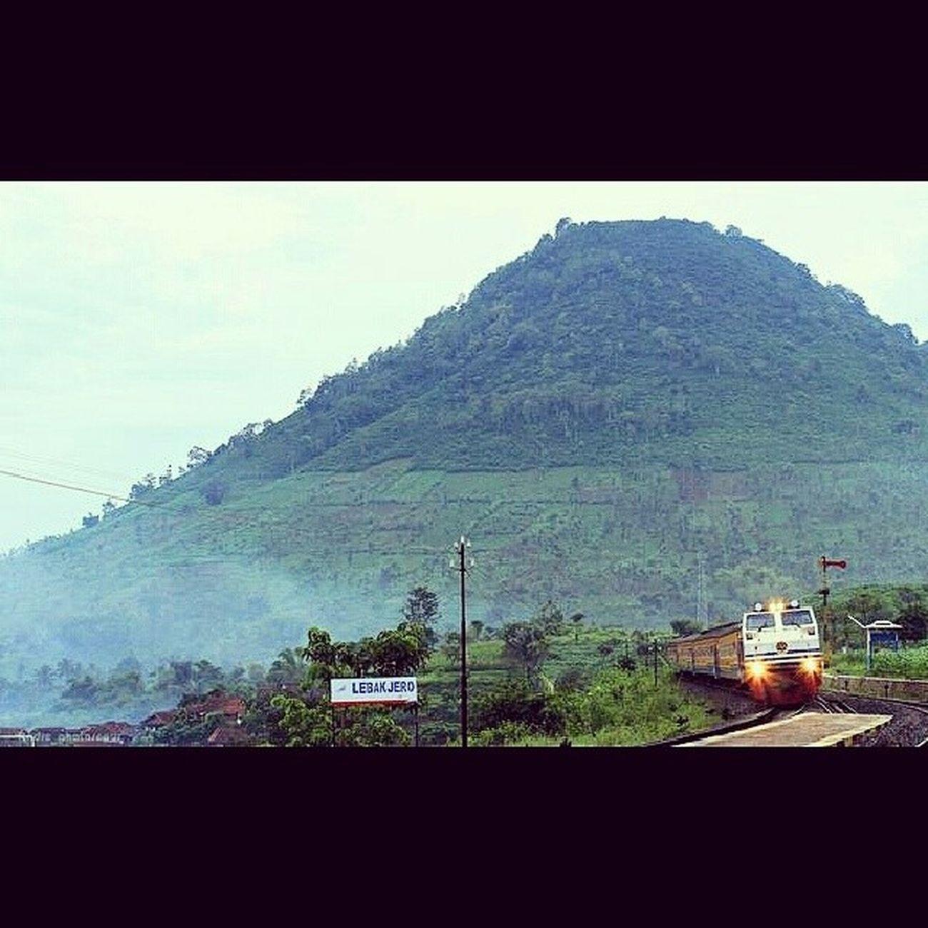 Suatu pagi di lebakjero garut LBJ Instapict Instalike Railfans garut daop2 bandung indonesia