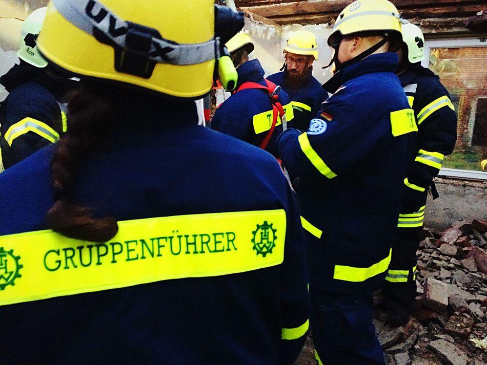 Frauen in Führungspositionen Teamwork Uniform Outdoors THW Feuerwehr Firefighters Firefighter Volunteer Woman Yellow Real People Standing Headwear Geppenführer