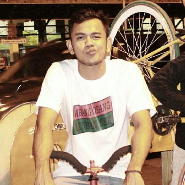 """Wearing """"ABANG ORANG LEUHAN DEK"""" t-shirt Aceh Meulaboh Leuhan"""