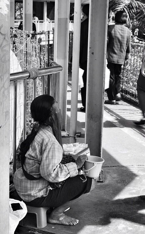 Streetphotography Poverty Sadness B+W