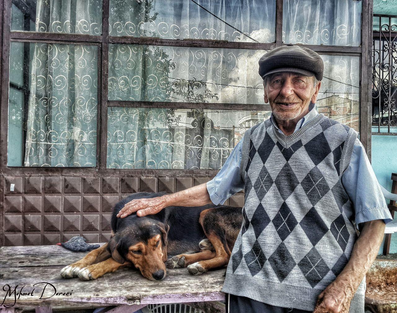 Mehmet amca eski bir gazoz üreticisi ama kapitalizmin ve büyük firmalarin çökeltici politikasının kurbanlarindan biri, ama gazoz yapmayi cok ozlemis o kadar sevkle anllattiki bize, ayni zamanda Mehmet amca cevredeki sahipsiz hayvanlara elinden geldiğince bakmaya çalışıyor olume birakilmis ama mahalleden ayrilmamis atlar dahil. Ellerinden öpüyorum Mehmet amca iyiki bu gun yanindaydim. Oldman Doglover Dog Love Big Love