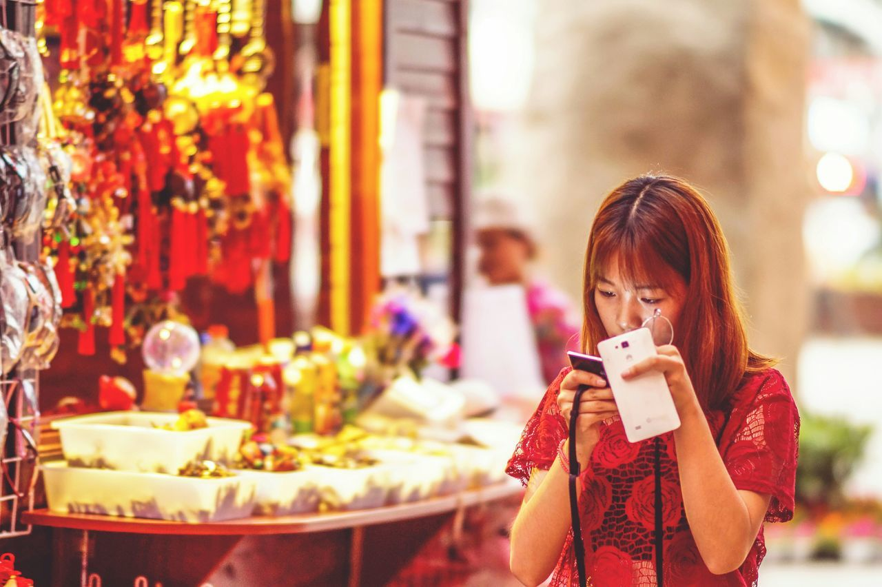 Busy girl, eh? The Portraitist - 2015 EyeEm Awards My Smartphone Life Street Photography Chinese Street Photography Streetphotography Chinese Samyang85mm Popular Photos Capturing Freedom Snap A Stranger