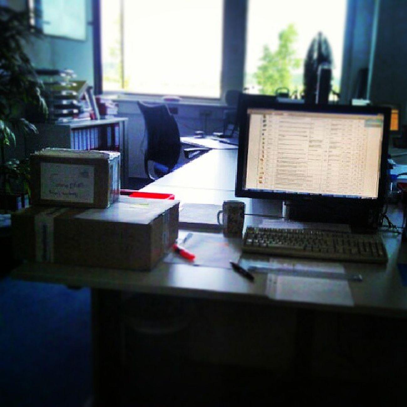 Kommst auf Arbeit, und der Tisch ist vollgemüllt -.- Montagmorgen Globalnotes Printinform AMC busy tischvoll akuteunlust Hagenow
