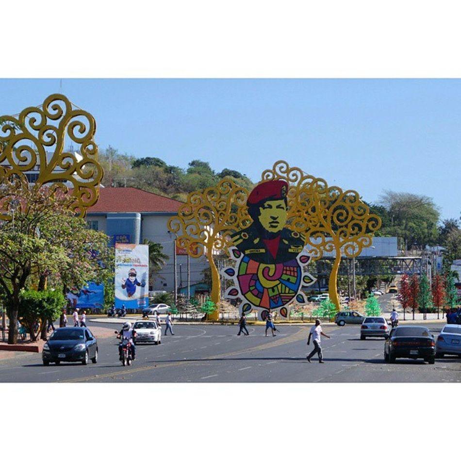 가만 보면 중남미국가도 좌파정부는 좌파끼리, 우파정부는 우파끼리 동맹과 협의체를 만든다. 후세인이 자신을 살라딘 의 후예로 생각했듯 차베스는 자신을 볼리바르의 후예로 생각한 듯. 아이러니는 산유국이면서도 가난하고 경제는 개판에 치안은 남미에서 가장 안좋은 나라가 베네수엘라. Nicaragua Managua Hugo_Chavez
