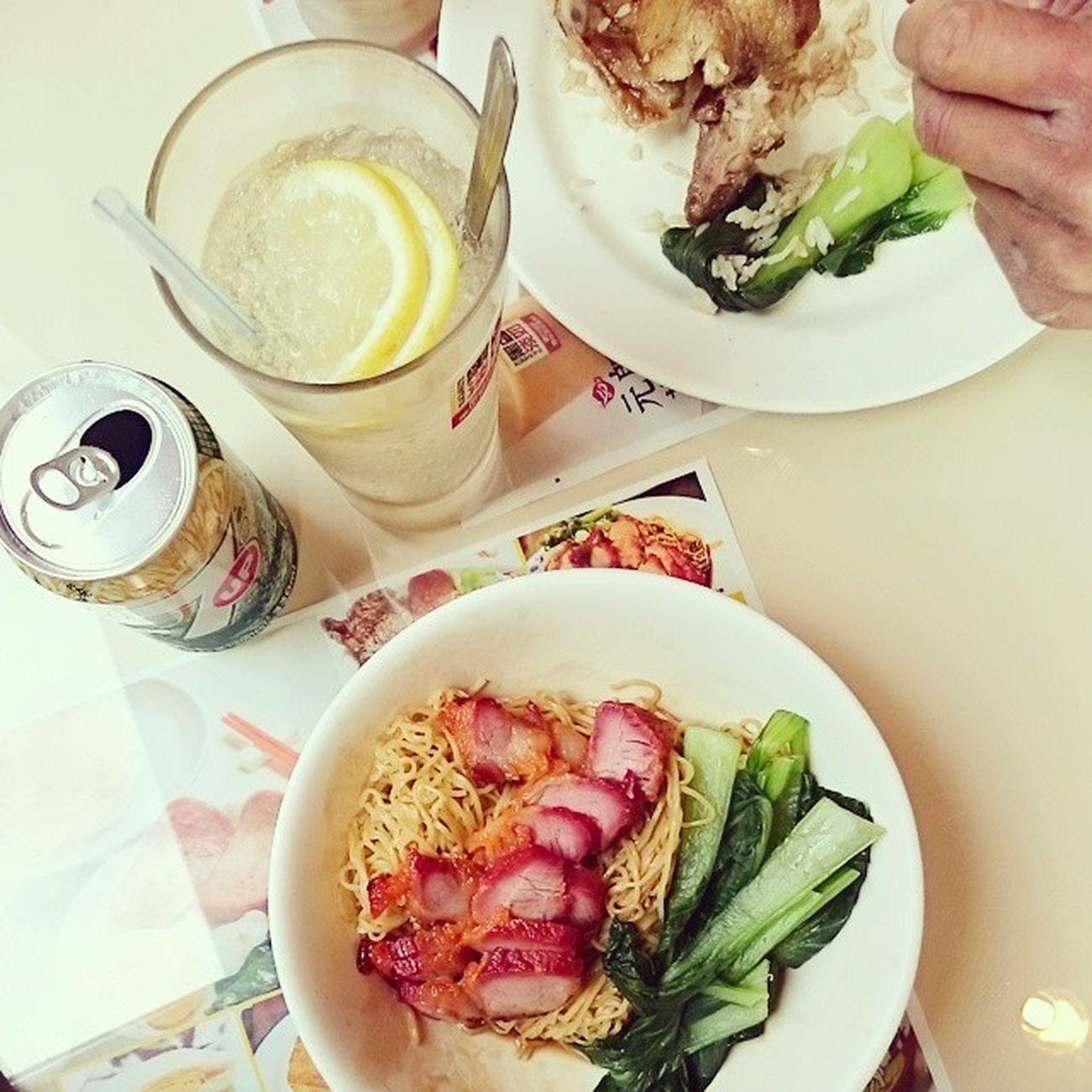 老游囔囔著新竹好像沒有像板橋皇家香港茶餐廳的店,這不就找到了,好食耶,店員再跩一點就有像了😁 元朗茶餐廳 凍檸七 叉燒撈麵 hsinchu 金山街