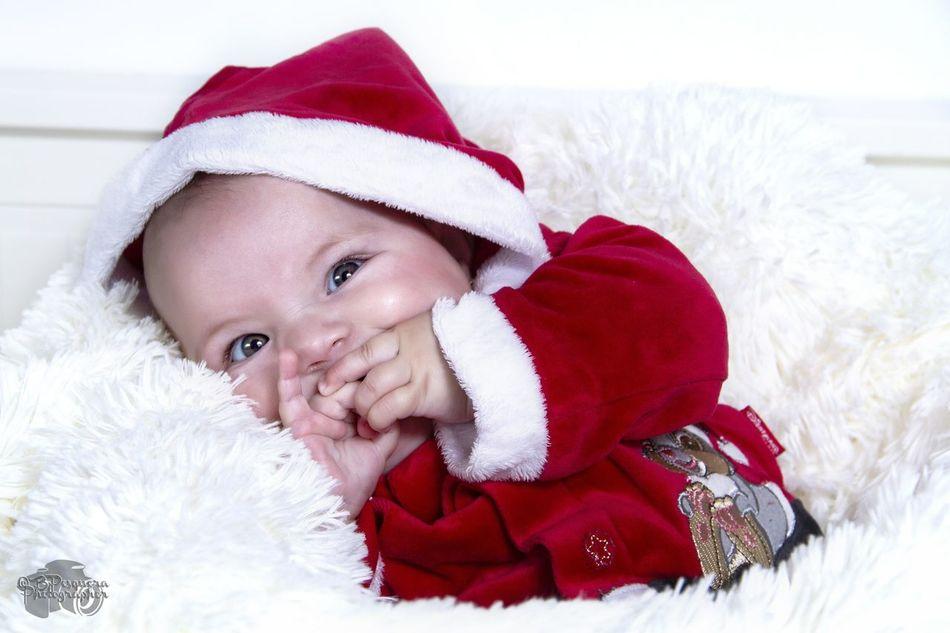 Sesión Navidad. Lucía, 4 meses. Christmas Baby Looking At Camera Babies Only Winter Happiness Portrait New Born Photography New Born Baby New Born Santa Hat Smiling