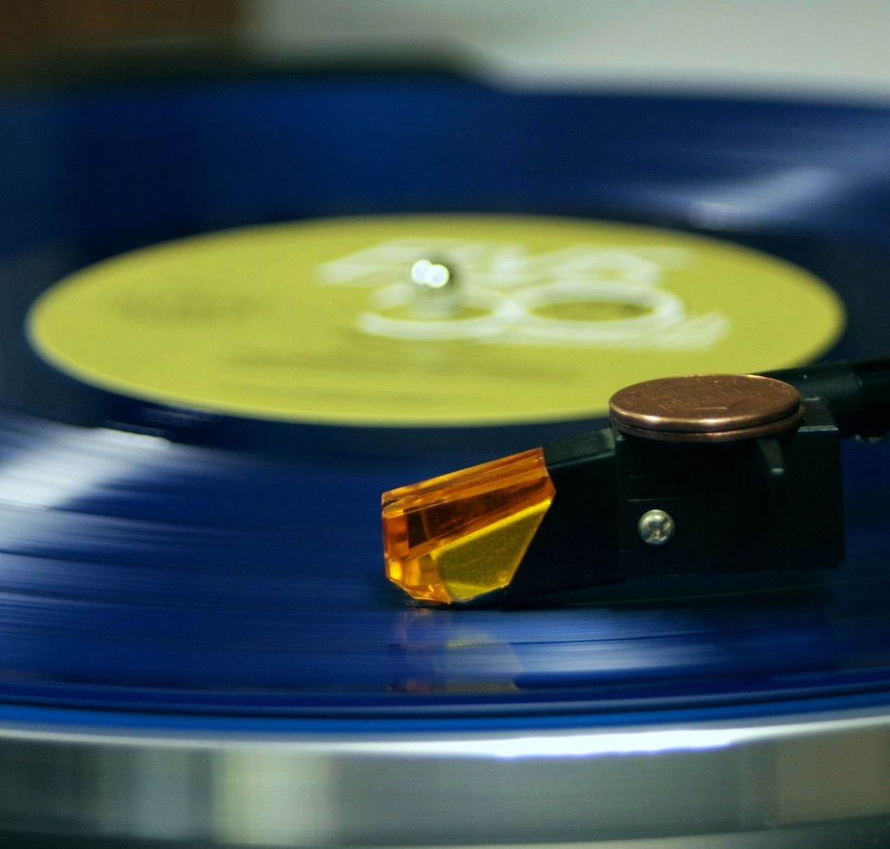 Tadaa Community Vinyl Elvis Presley Pop & Hiss Blue Elvis Presley record with an orange stylus