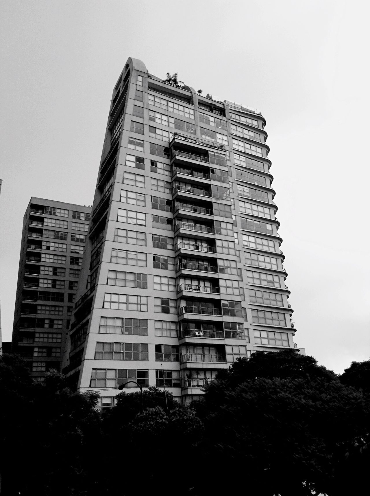 Embrace Urban Life Building Exterior Low Angle View Architecture EyeEm Best Shots - Black + White Tocar el cielo