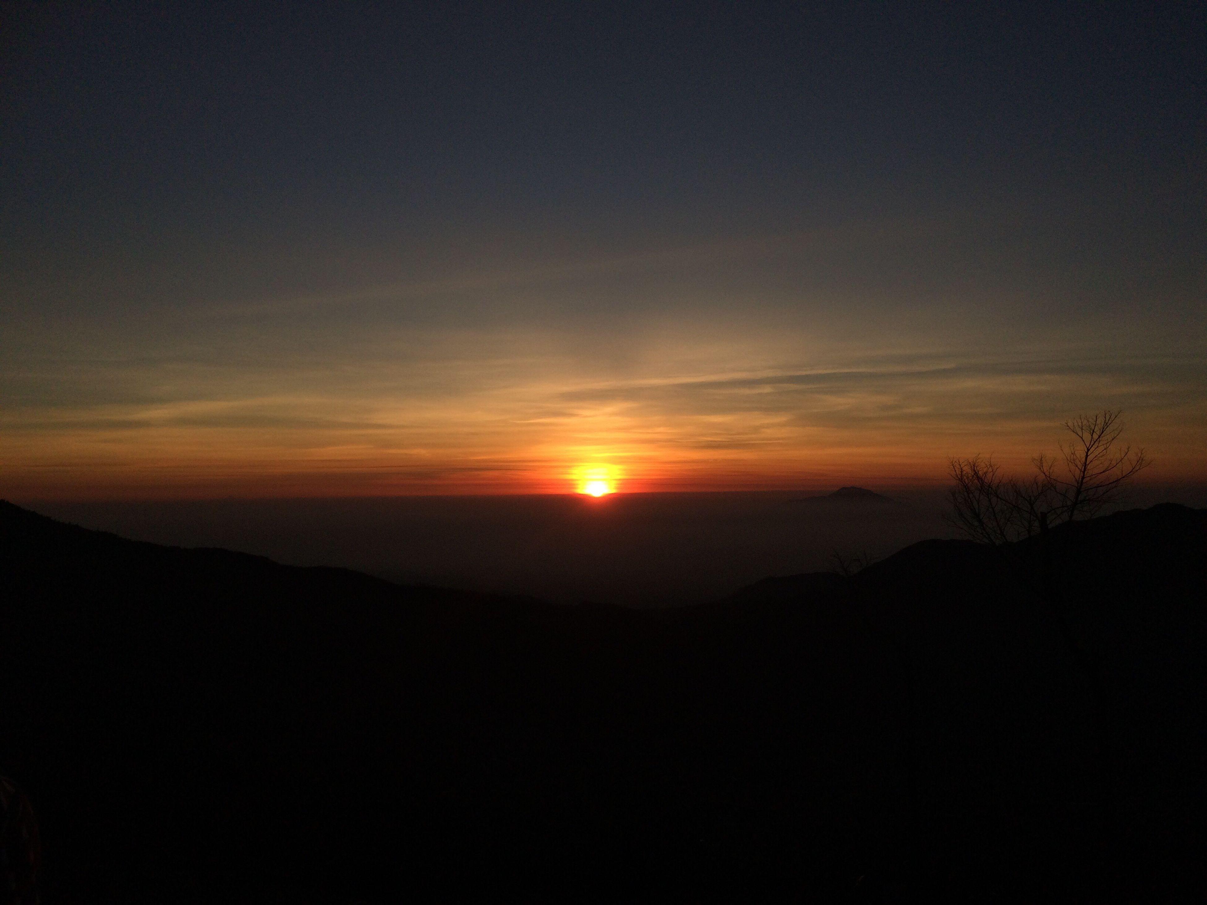 Thesun Startshining Sunrising Redspot Ontopofthehill Travel