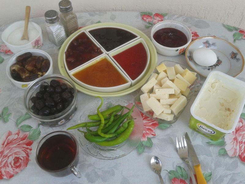 Girne Bulvarı'nda kahvaltı keyfi