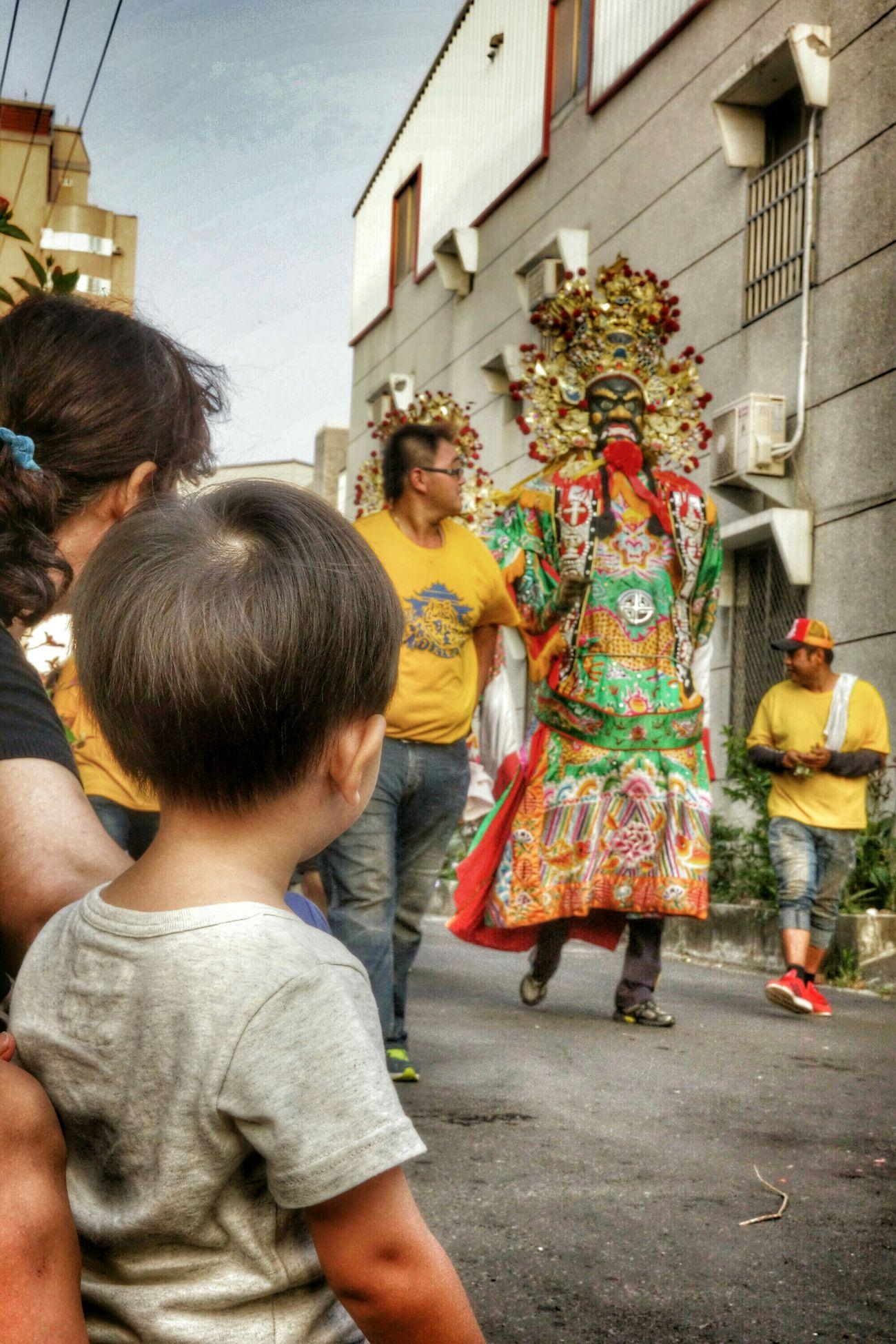 拿椅頭看陣頭-3 Portrait People What I Saw Streetphotography The View And The Spirit Of Taiwan 台灣景 台灣情