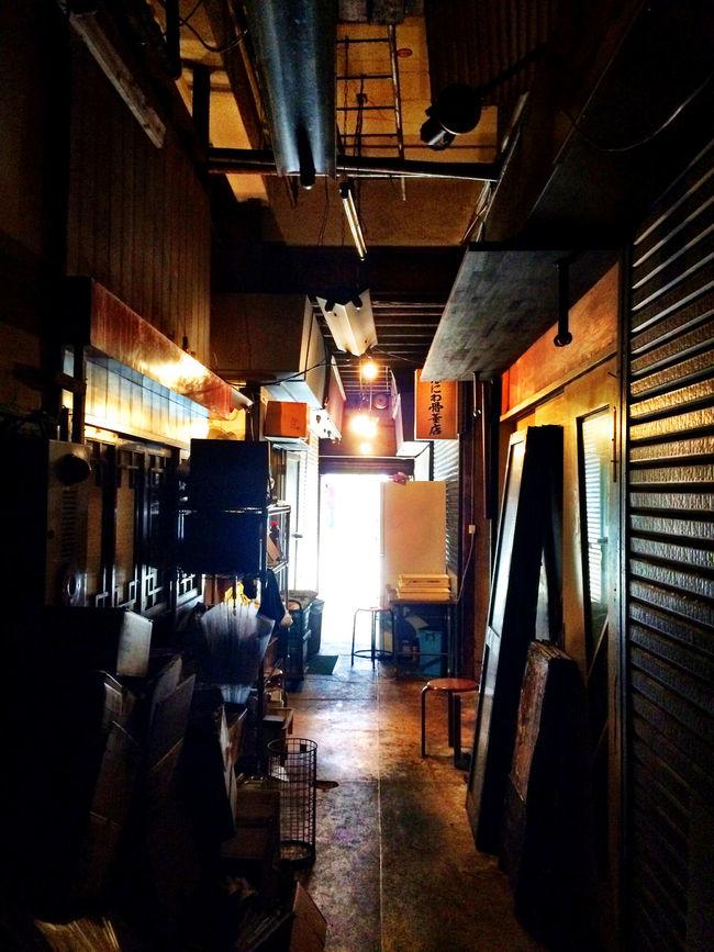 代々木 Yoyogi Tokyo Japan の 廃墟 Ruins 的な 代々木会館 。この廊下は、のちに鮨屋になるとは、誰も想像すまい…