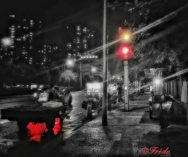Après la pluie Red City Night Illuminated Road City Life Street Light Outdoors Footpath Building Exterior Beijing, China Beijing By Night Beijing Scenes BEIJING北京CHINA中国BEAUTY Street Photography Street Photos😄📷🏫⛪🚒🚐🚲⚠ Street Light La Rue Nuit