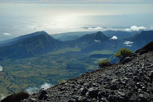 Dari atas ketinggian . . Pemandangan Bukit disekitar Puncak  Gunungrinjani Lombok NusaTenggaraBarat  . . . 2008. Nikond80 Hill Mountains Edelweiss Island Mammut Sun Sea Nature Landscape Indomountain