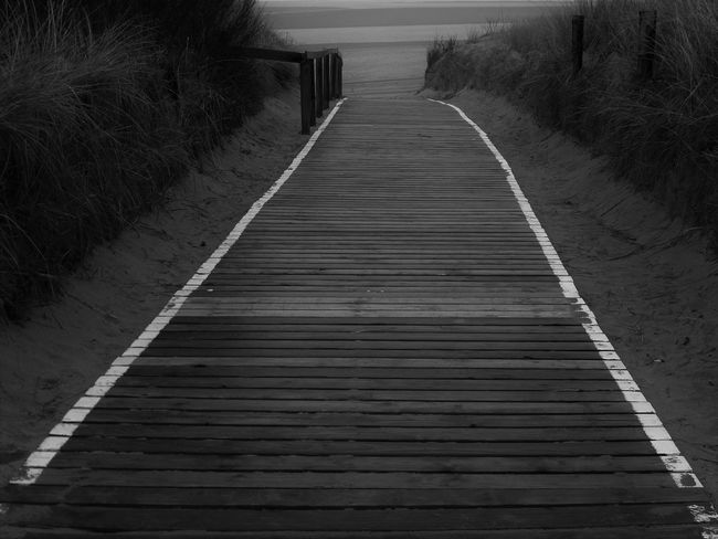 ... dieser Holzweg wird kein leichter sein! ... Way To Beach Way To The Beach Wooden Walkways To The Sea To The Beach Black & White Black And White Photography Monochrome Beachside Check This Out The Essence Of Summer Dunes Through The Dunes Fine Art Black And White Feel The Journey Original Experiences Showcase June Fine Art Photography On The Way Overnight Success Monochrome Photography