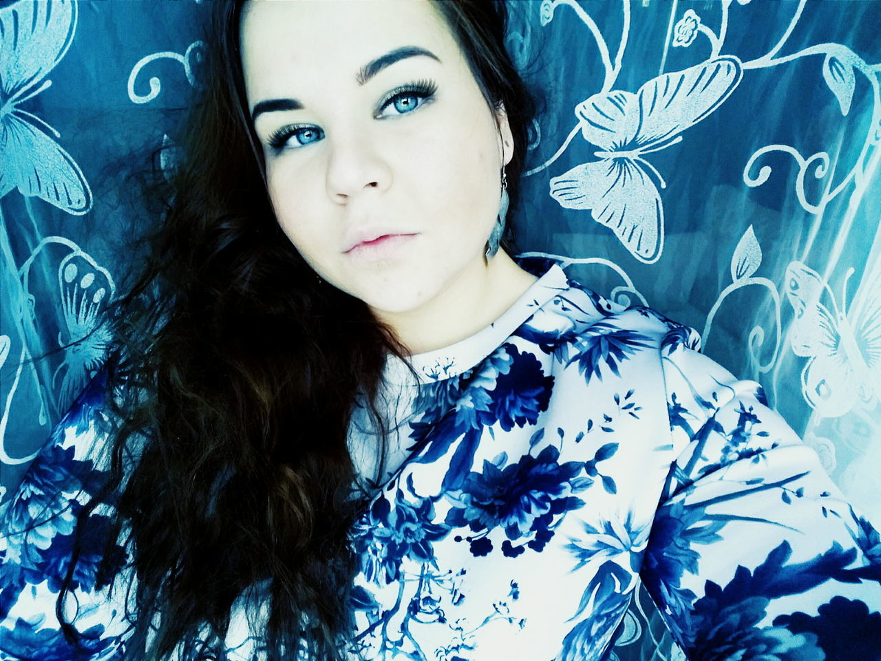 Portrait Blue Young Women Front View One Person Close-up Beautiful Woman Beauty Women Young Adult Real People One Woman Only Indoors  Adult People Eyem Collection Hello World Eyem Best Shots Eyeemmarket Eyeemphoto Eyemphotography Ceiling VSCO Day Adults Only