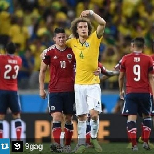Repost @9gag Bonito gesto! Worldcup Davidluiz  Jamesrodriguez