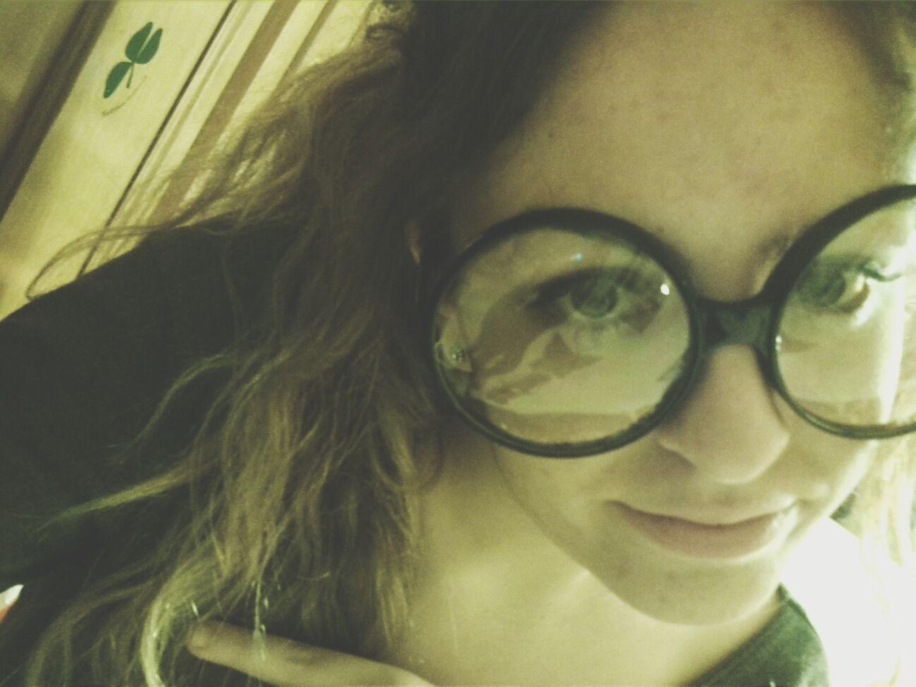 That's Me Mis Gafas Disfraz Una chica pegada a unas gafas.