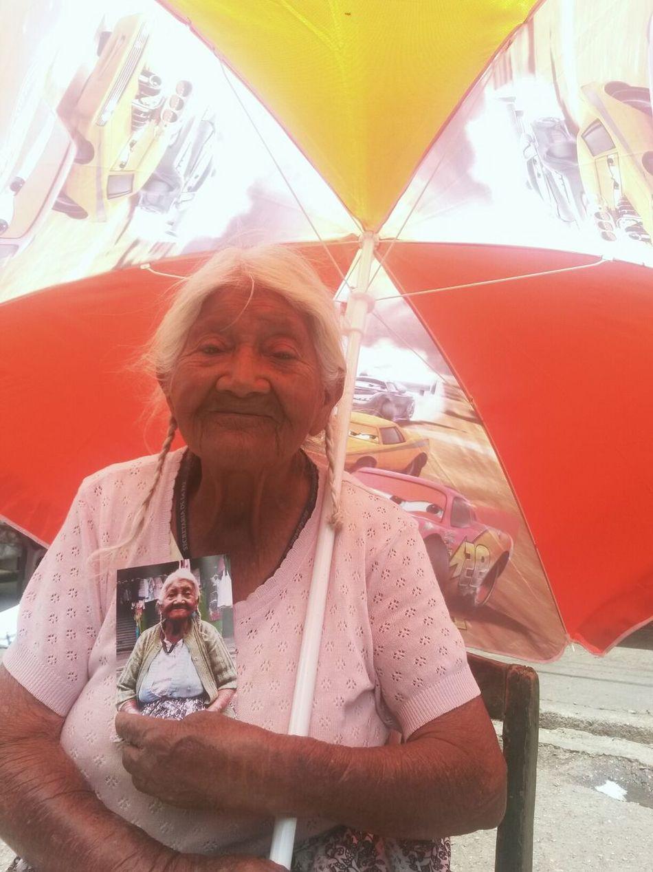 Doña Lorenza una mujer con 92 años es una ejemplo de trabajo y esfuerzo, hoy le regale una foto y con una sonrisa me alegro el día Photooftheday People Guatemala TheRealGuatemala