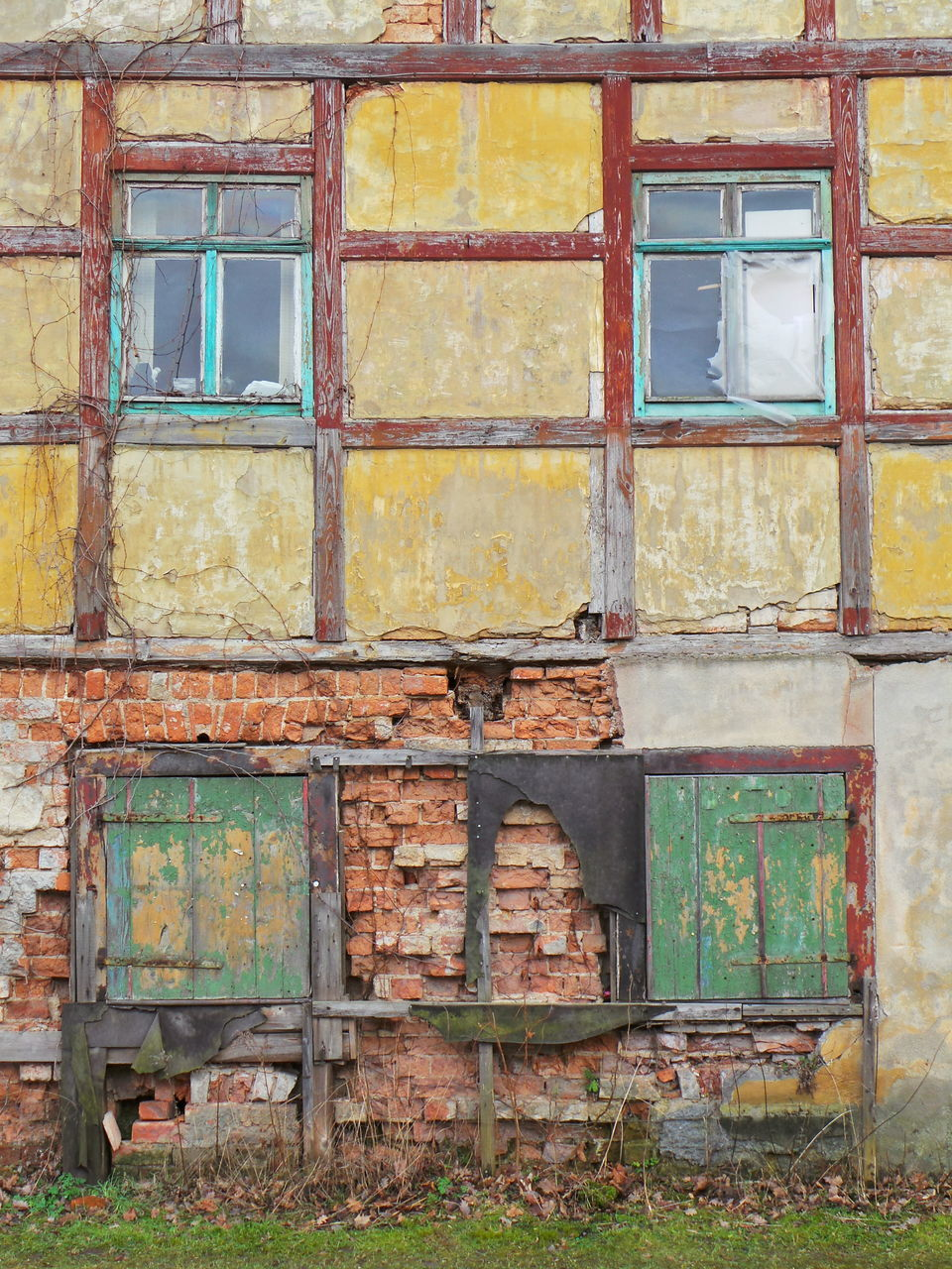 window, architecture, built structure, building exterior, weathered, full frame, day, bad condition, outdoors, damaged, obsolete, facade, no people
