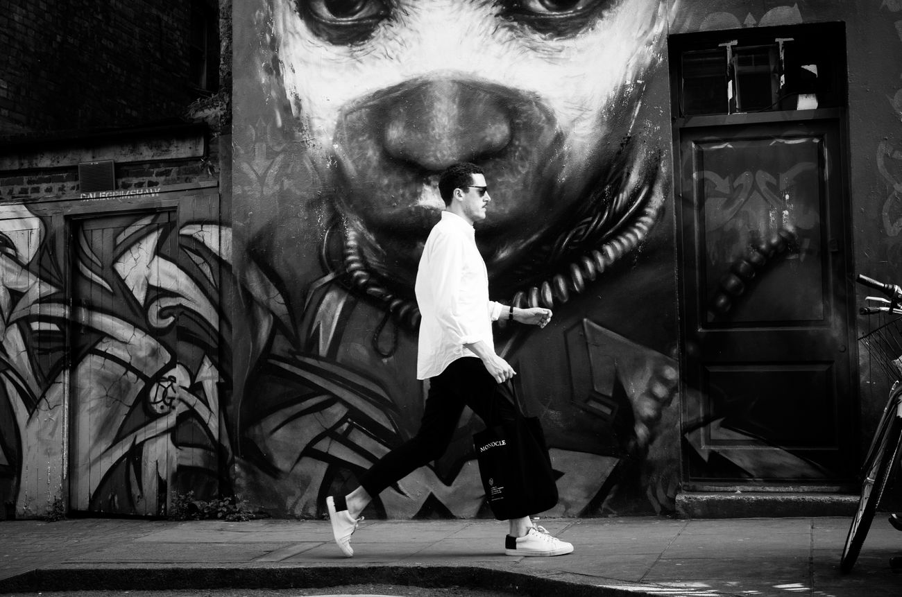 The Kiss. Street Streetphotography Real People Street Photography Maxgor.com Rawstreets Photooftheday Streetphotography_bw City Life Maxgor London Brick Lane Leica Black And White Leica Xvario Monochrome Photography