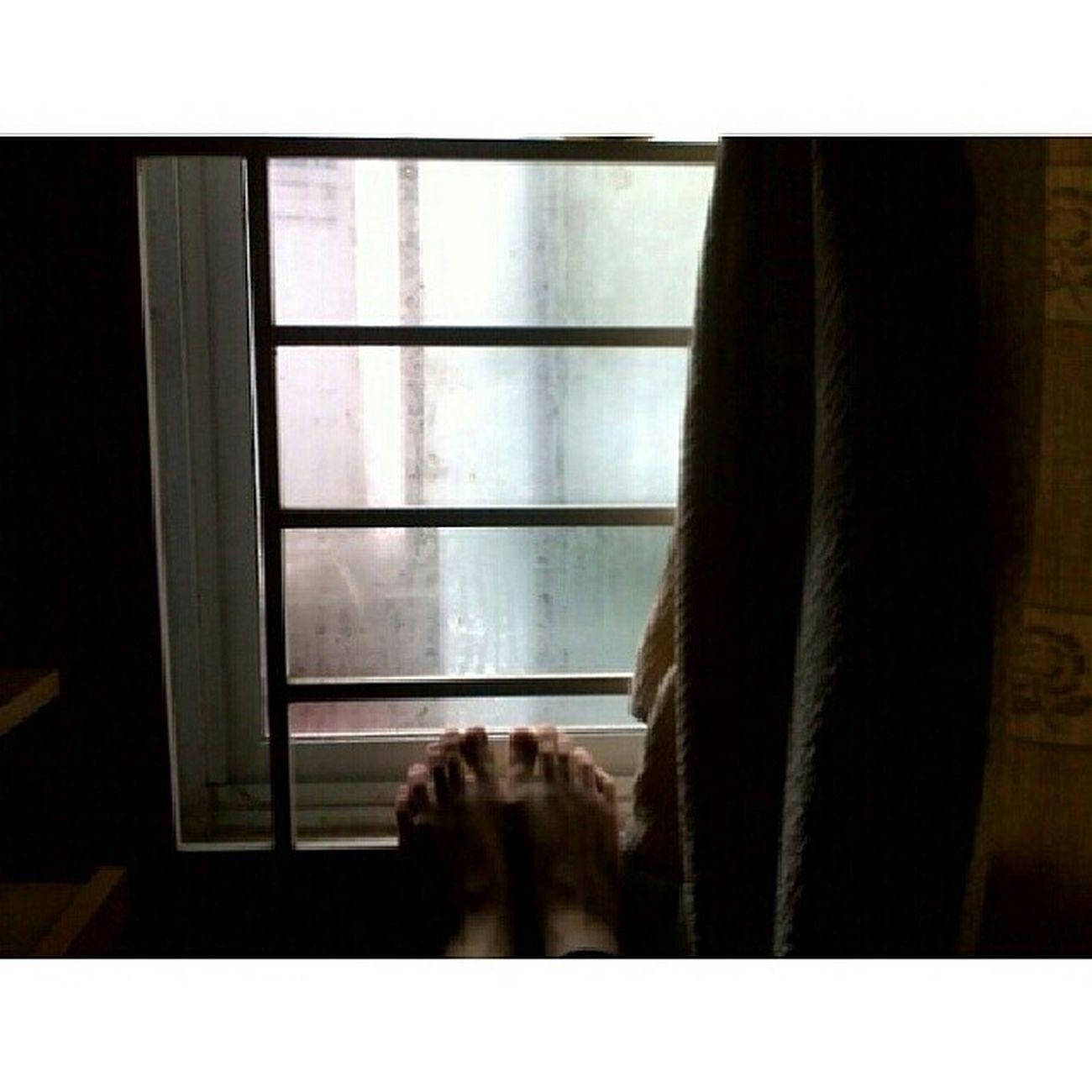 29 Tết mưa lung tung làm anh không được ra đường mai định làm bữa cà phê cuối năm mà không ai đi cùng Holiday CH án T ết 29 2014 raining gloomyday boring window