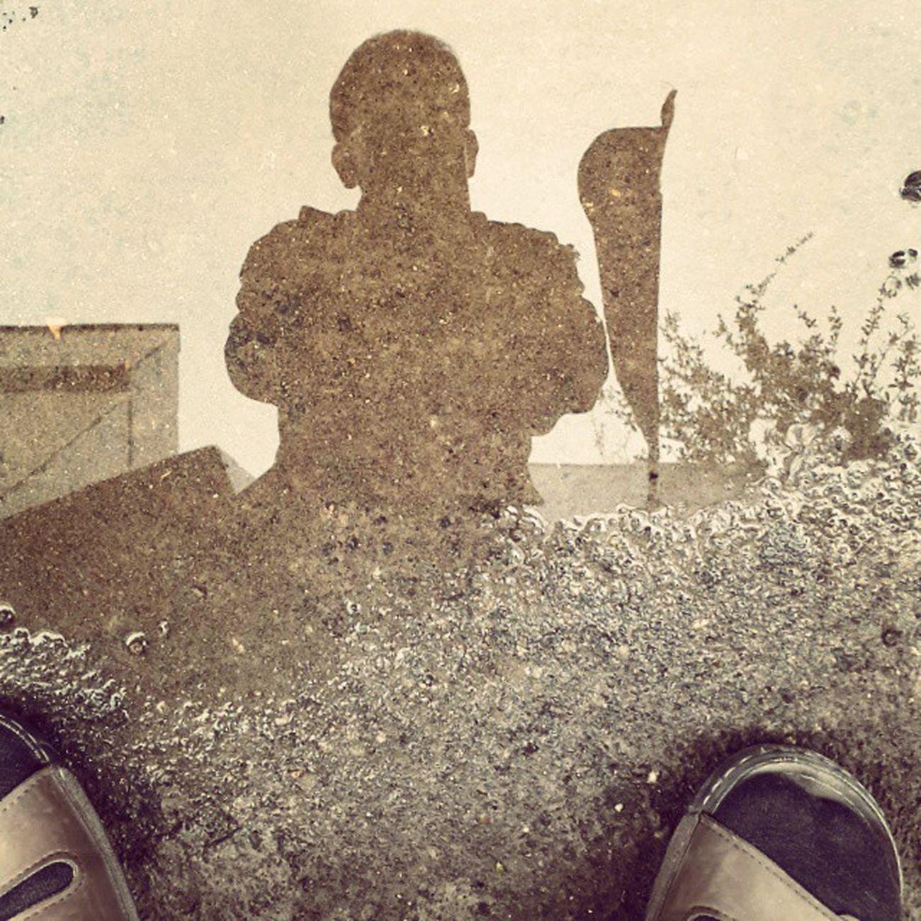 . دیگه فکر کنم باید کفش بخرم امروز معطل شدم که بارون بند بیاد . . پ.ن: سندل عزیز، تو همیشه در قلب من جای داری