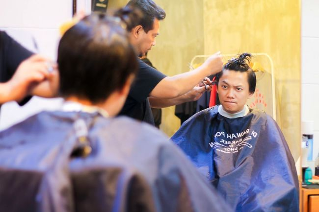 Getting ready for a new look! Taking Photos Barber Barbershop Haircut Hairdressing Dibawahpohon Canoneos Canonphotography 50mm F1.8 Cheese! Check This Out Likeforlike Ready EyeEm Gallery EyeEm Indonesia EyeEm Jakarta Jakarta INDONESIA Indoor
