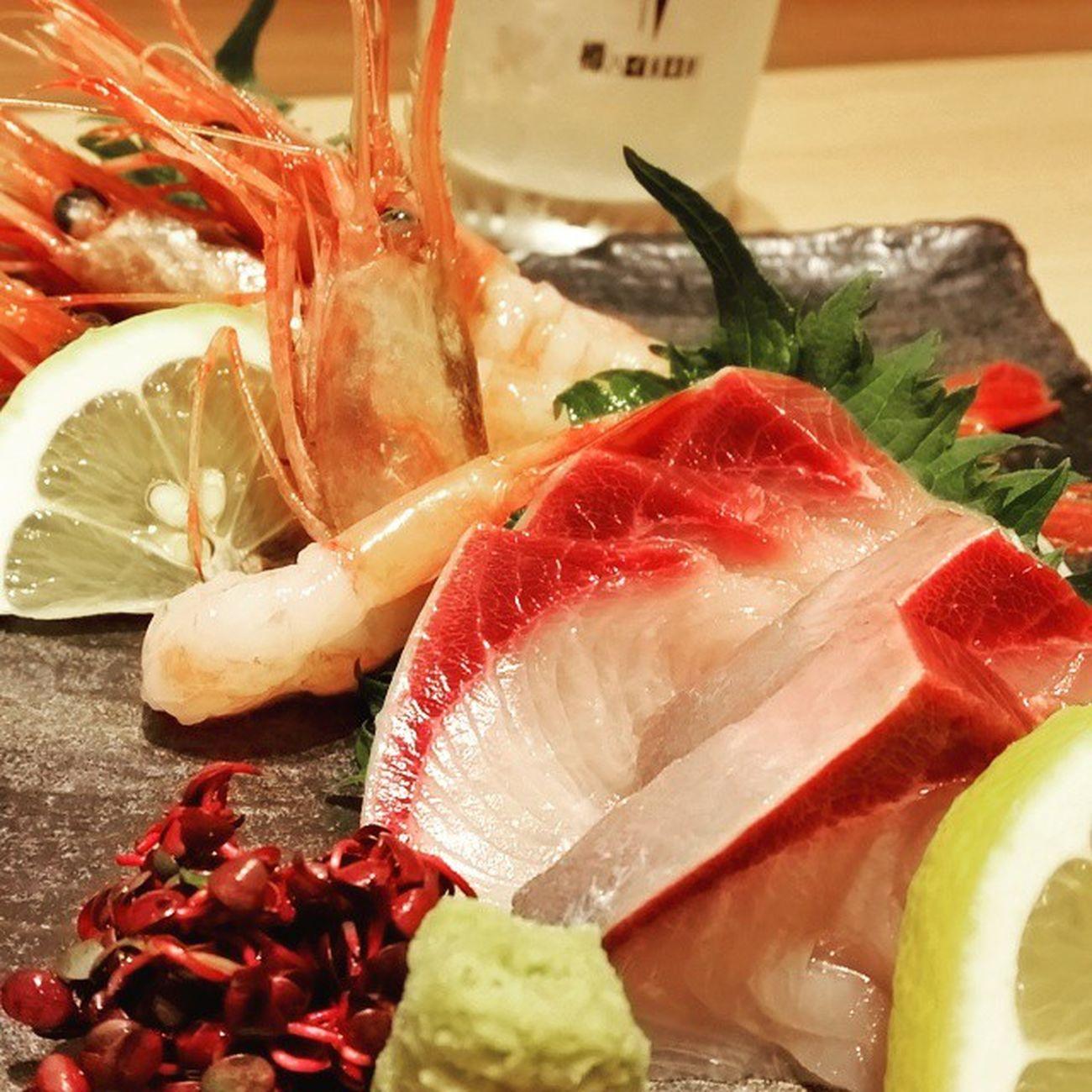 お昼ごはん。この時間まで引っ張った腹いせにお刺身投下。 この後梅田で飲める人、もしいらしたらご一報くださいませ。 Yellowtail & Sweet Shrimp at Sushi-Bar in Osaka.