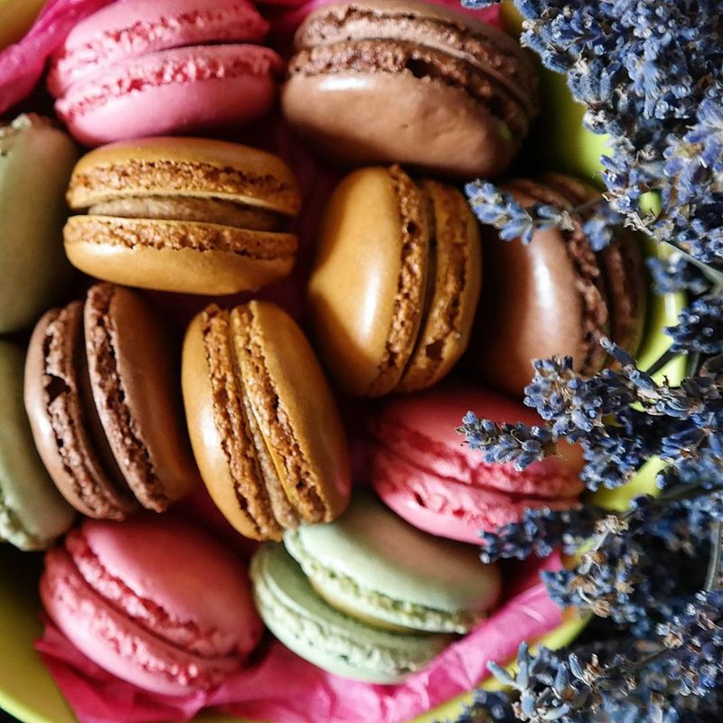 Macaroons and flowers Macaroon Freshness Food Close-up Multi Colored Macaroons Lover Macarons MacaronsDeParis Macaroons,cupcakes,pies And Other Wonderfull Sweets<3 Macaroon Lover! Black Background