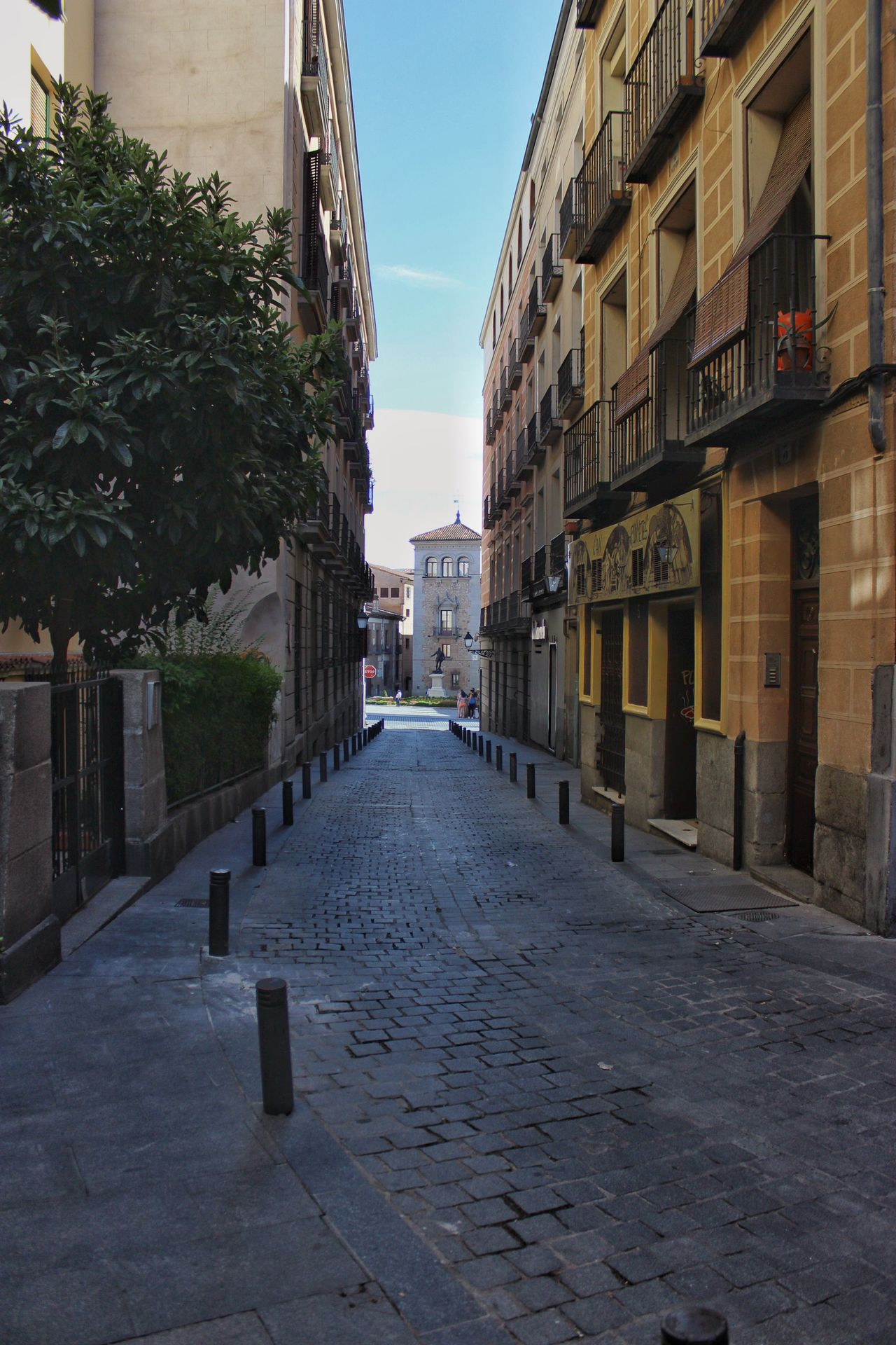 Madrid SPAIN Jorge L. Taking Photos Canon EOS 600D DSLR Españoles Y Sus Fotos Architecture Street Cityscapes No People Perspective Street Photography