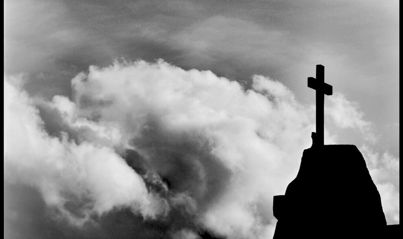 ..... Au sortir de l église la douceur me retiend... plus un bruit ne m atteind.... Mon esprit élevé a la paix eternelle a calmé la tempête de mes passions humaines.......... Eglise Crucifix Blackandwhite Photography Croix Corse Bnw_friday_challenge Santu Petru Blackandwhite Bnw