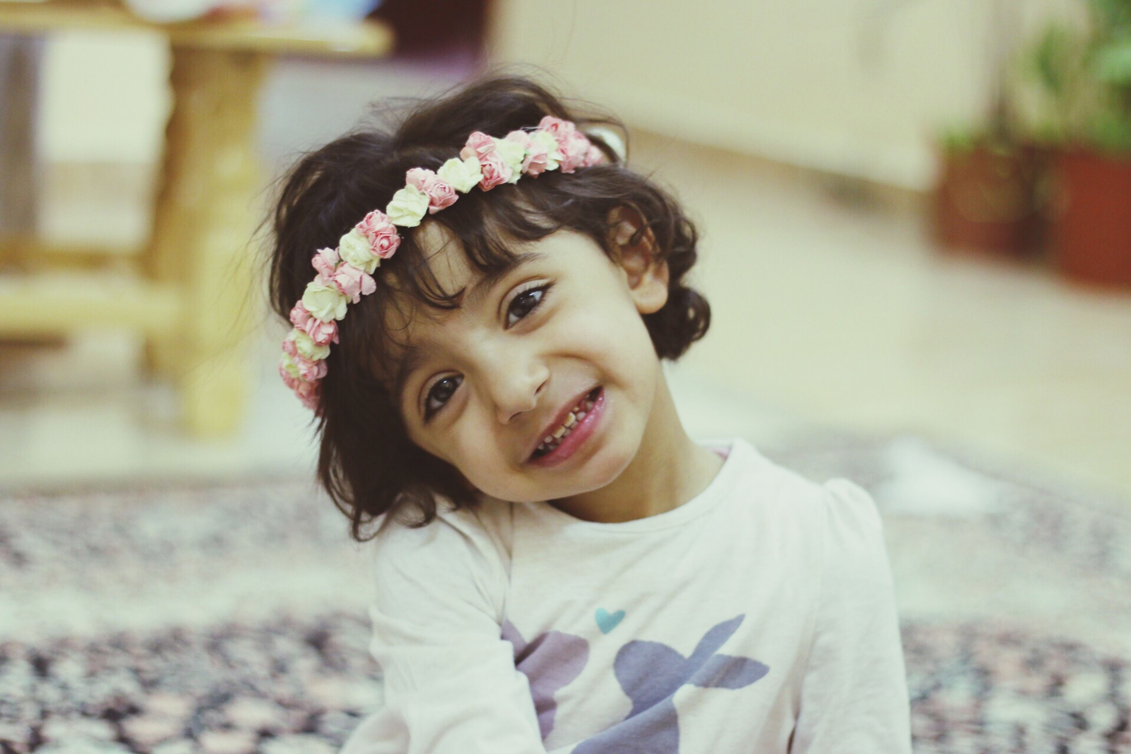 looking at camera, portrait, focus on foreground, person, lifestyles, childhood, front view, smiling, elementary age, cute, headshot, leisure activity, happiness, casual clothing, innocence, girls, boys, waist up