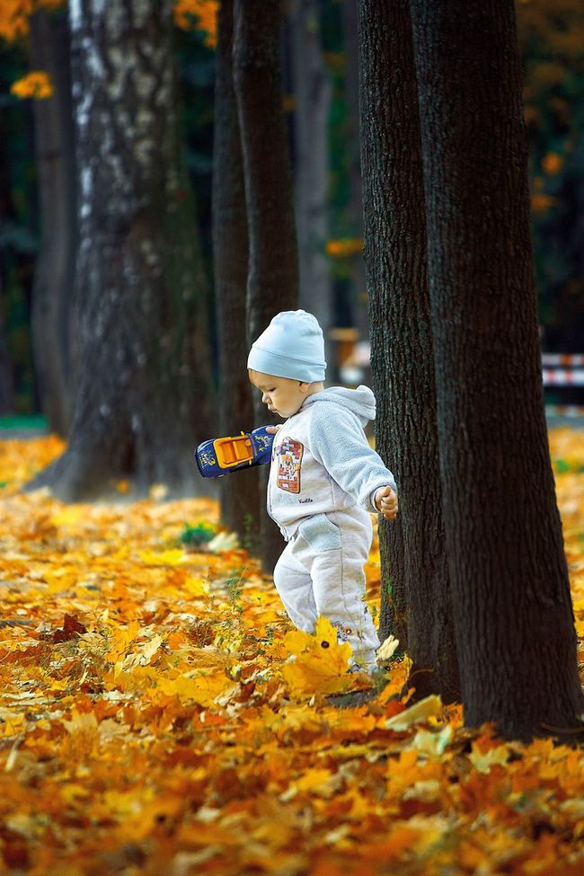 Begin morning with a positive Tree Trunk Tree Season  Autumn Selective Focus Change Focus On Foreground Leaves Person Outdoors Day Footpath Nature Abundance Young Adult EyeEm Best Shots Russia Baby Color Autumn Autumn Colors