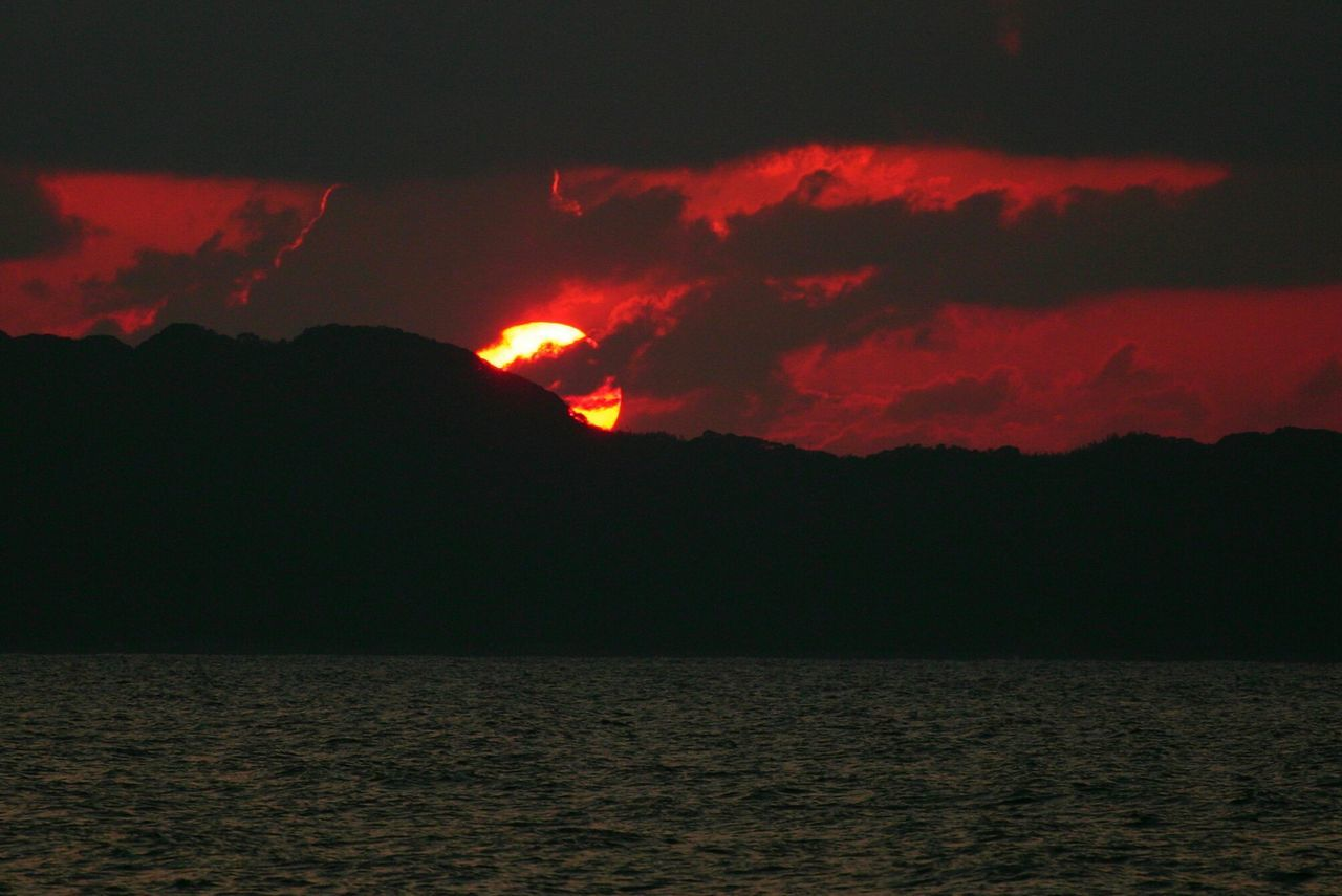 体に超合金入ったし、少しパワーアップしたかな?(*´艸`) 写真は10数年前の夕陽♪(*´︶`*)✿ Hanging Out Sunset Sunset_collection Sunset Silhouettes Sunsets Sunset_captures シルエット部 Silhouette Silhouettes Taking Photos Silhouette_collection Silhouette Photography Redsun Sky And Clouds EyeEm Best Shots EyeEm Best Shots - Sunsets + Sunrise EyeEm Gallery EyeEmbestshots Taking Pictures Hello World 蔵出し 蔵出しPhoto 蔵出し写真 Eyeemphotography EyeEmBestPics