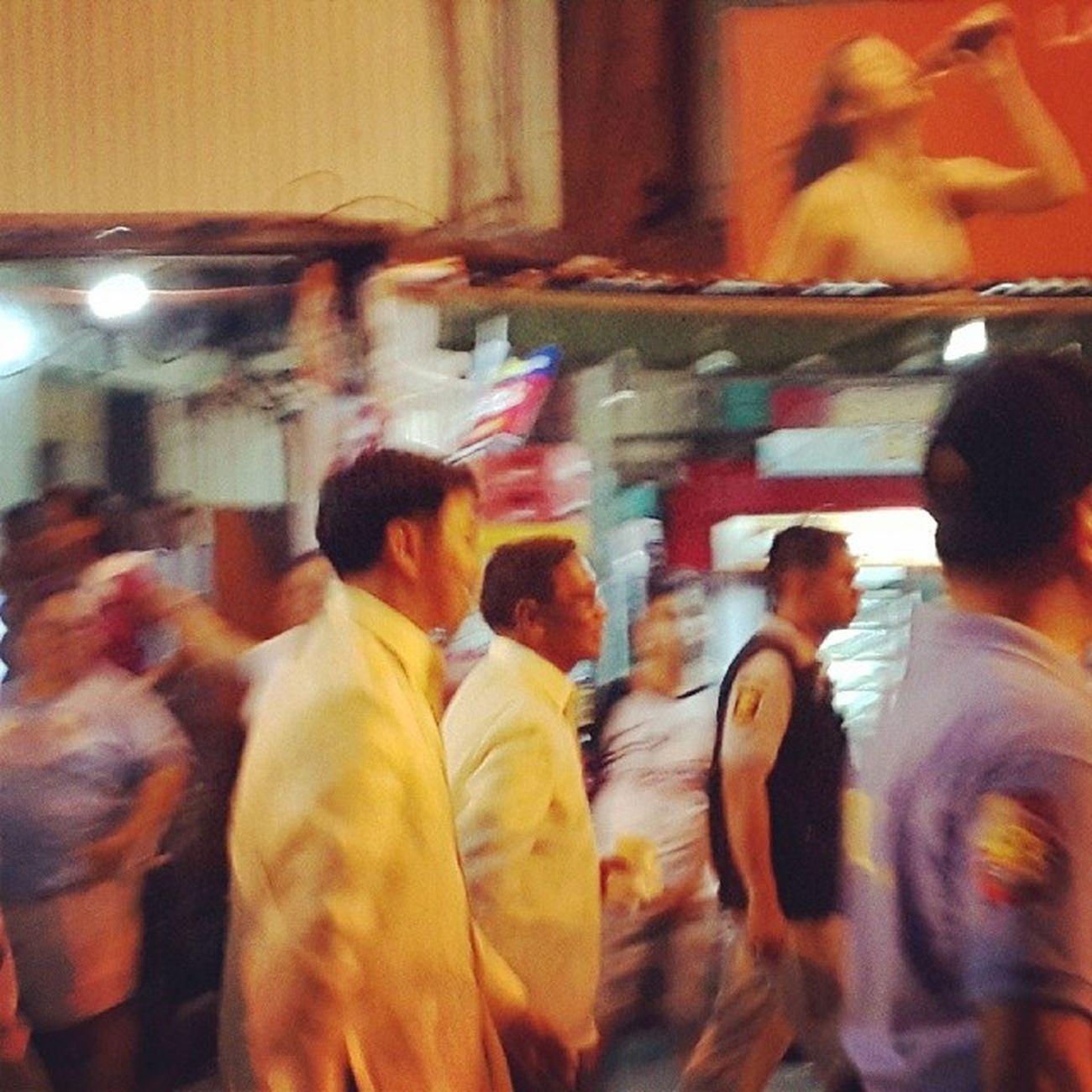 Vice President Jejomar Binay and Makati Mayor Junjun Binay... Sayang d nakapagpapic...ang bilis maglakad. 6pm-10pm na prusisyon... Ganitokamesamakati Prusisyon Ganda Pinaghamdaan holyweek