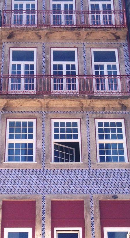 """Bai-me fechar a janela rapariga!"" Porto Portugal CidadeLinda Portugal_em_fotos Portugaldenorteasul Iphoneshoot Arquitecture Cityscapes City Life Openwindow Closethedoor"