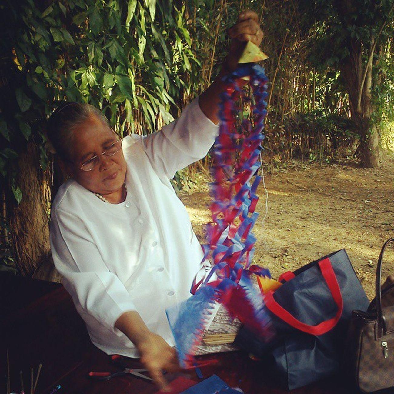 มีคุณยายมาสอนทำตุงเจ้า น่าฮักขนาด ปล.ได้ศัพท์คำเมืองมาเต็มเลยจ้า ตุง ลำปาง Craft Handmade thailand culture