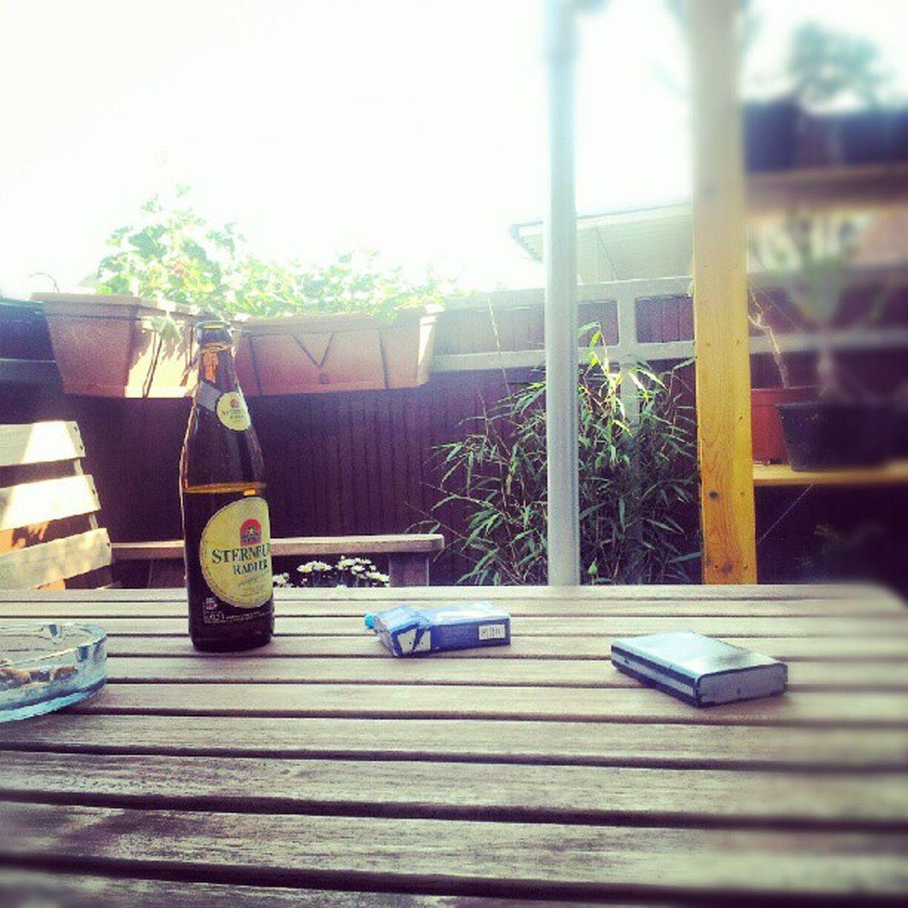 Sommer auf dem Balkon mit kaltem Sterni Radler und kippen