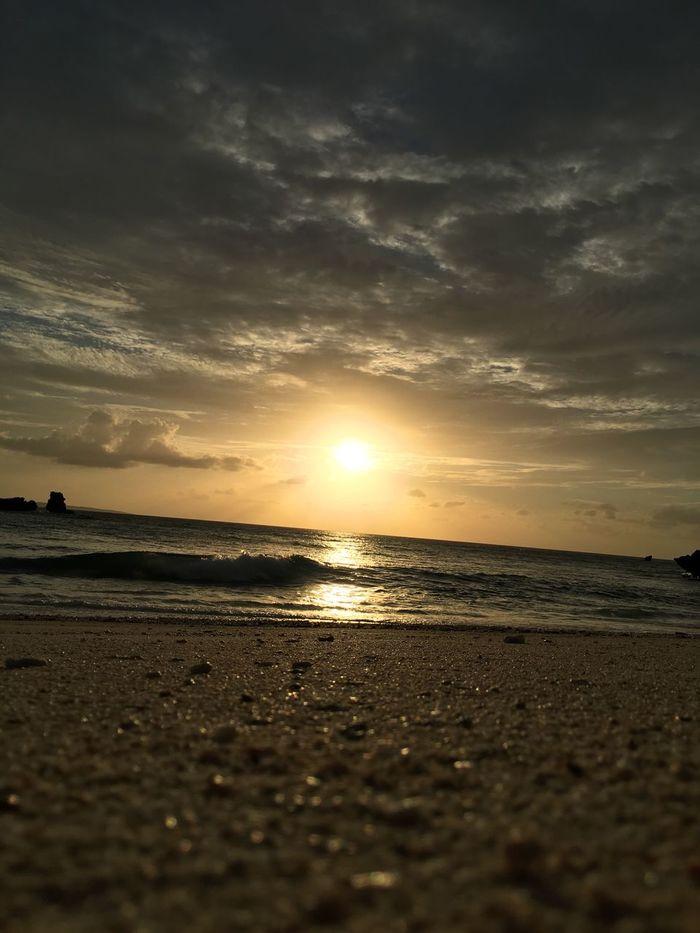 毎日眺めてしまう、南の 夕日 ゆうひ Sunset 。寝転がると、本当に気持ちいい。地球の呼吸が聞こえる。 Beach Sea Sand Nature Sky Scenics Horizon Over Water Tranquil Scene Beauty In Nature Tranquility Idyllic Cloud - Sky Sunset_collection EyeEm Best Shots From My Point Of View Sunset Silhouettes EyeEmBestPics Landscape Silhouette Memories