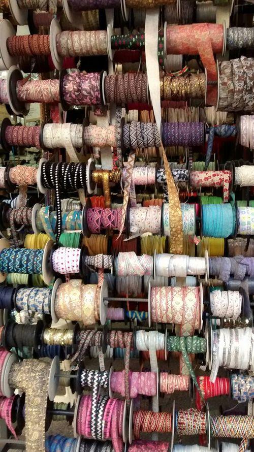 Cores, texturas, brilhos, tramas, laços, fitas, tecidos, nós, juntando, desatando, unindo, separando, enfeitando, embelezando. Loja de fitas no bairro paulistano do Brás Laço Fitas Ribbons Colours Cores Saopaulo Bras Brasil Brazil