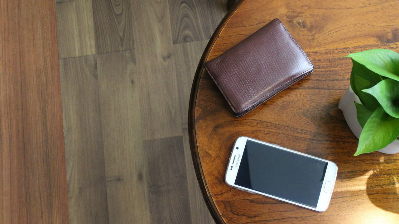 Brown Communication Connection Directly Above Hardwood Floor High Angle View Home Interior Indoors  Phone Screen ♥ Screen Showcase April Simplicity Smartphone Table Technology Wallet Wireless Technology Wood Wood - Material Wooden