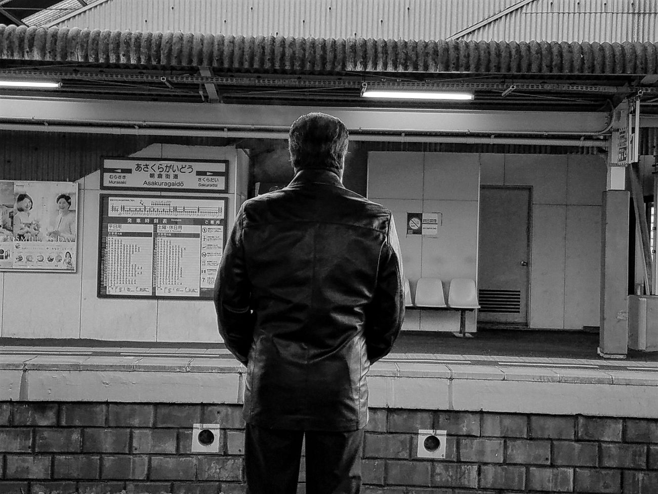 息も白く Standing One Person Adult Camera Life Is My Life! Street Photography Streetphotography Close-up GalaxyS7Edge Person Stationary Station Platform Monochrome Monochrome Photography Monochromatic Black And White Black & White Black And White Photography