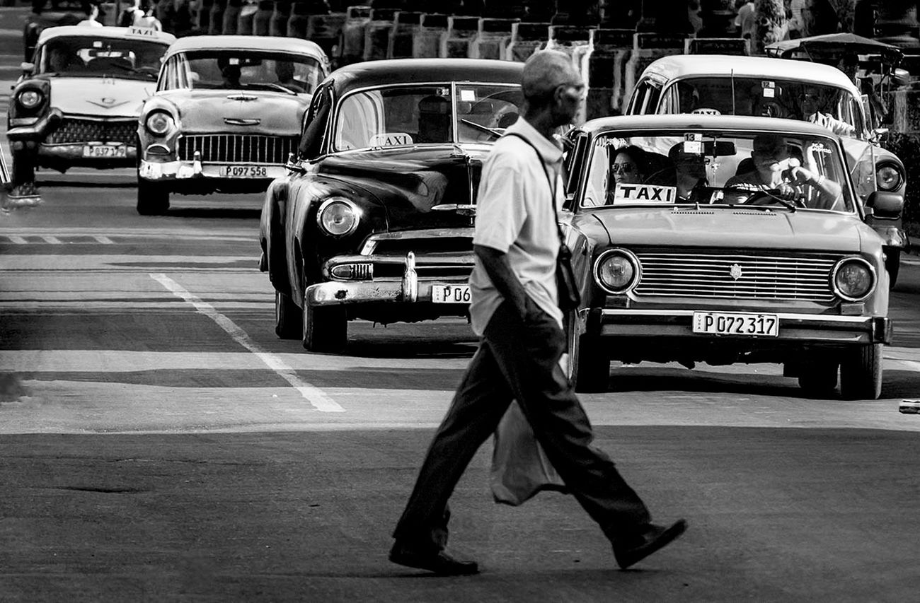 Cuba, La Havane, sur le Prado dans Habana Centro Cuba LaHavane Noiretblanc Rue Circulation Homme Americaines Vieillevoiture pieton
