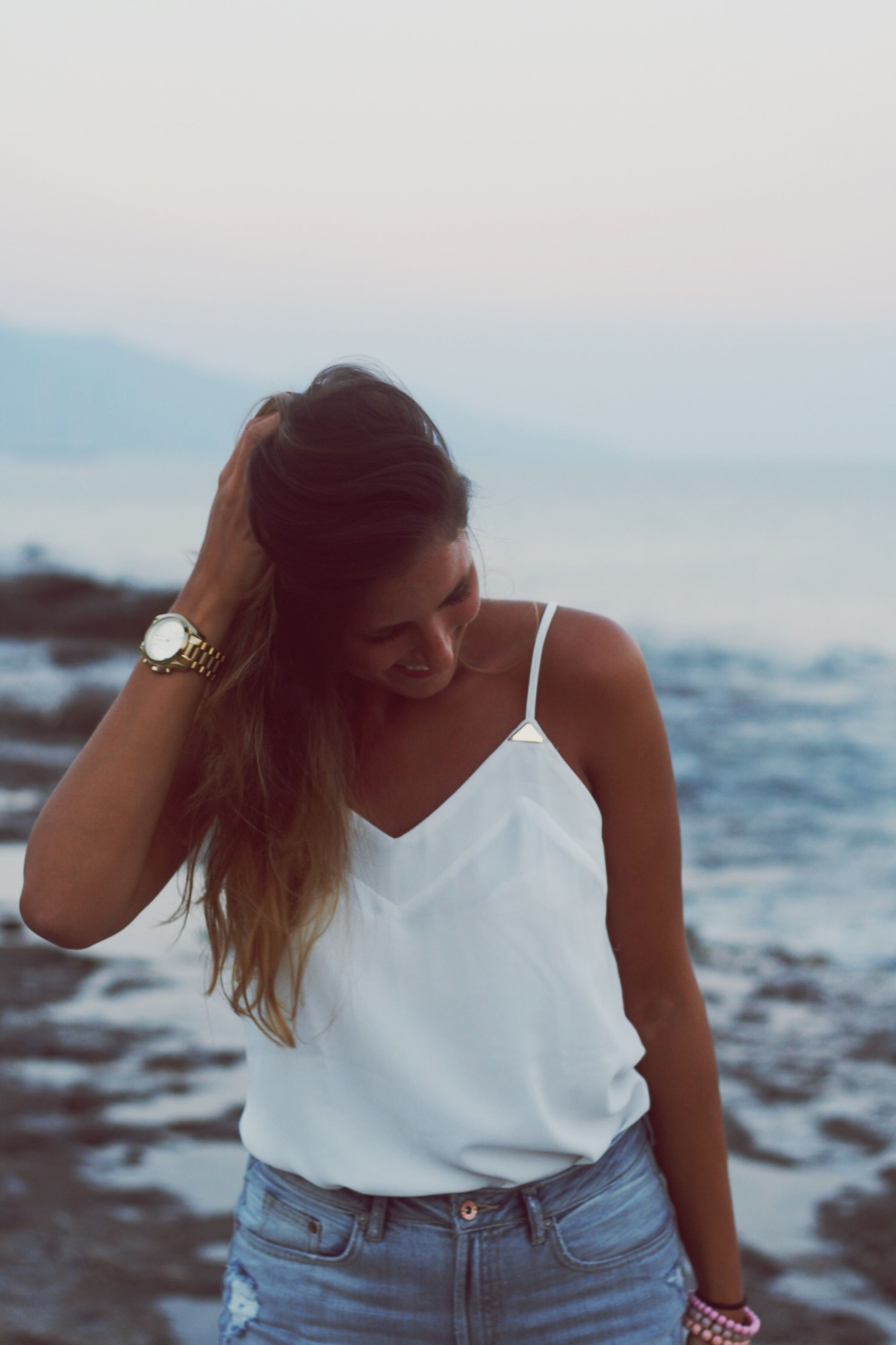 sea, lifestyles, leisure activity, water, young adult, focus on foreground, person, long hair, young women, waist up, beach, casual clothing, headshot, side view, rear view, three quarter length, horizon over water, standing
